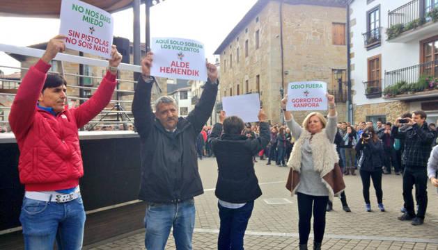 Imagen de los miembros de Covite frente a los manifestantes.
