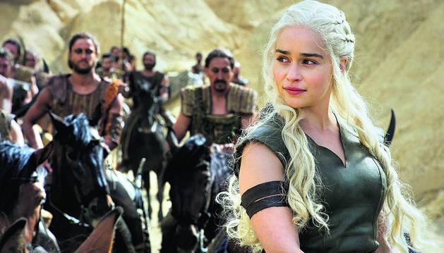 La actriz Emilia Clarke, caracterizada como Daenerys Targaryen en una escena de la serie.