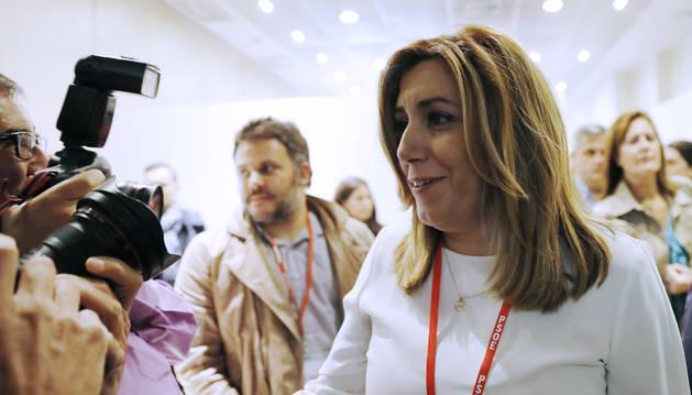 Susana Díaz saluda a los fotógrafos.