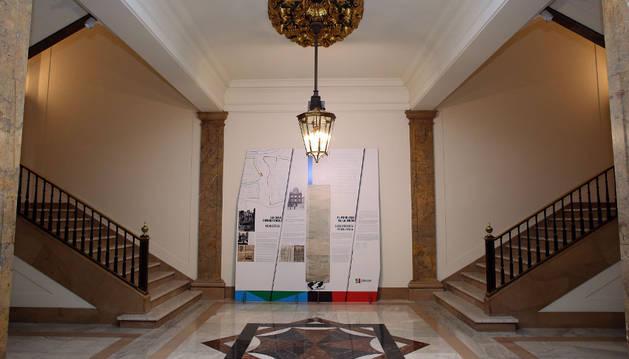 El zaguán, con parte de la exposición del Privilegio de la Unión, pero sin escudo ni retratos.