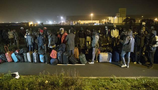 Comienza la evacuación del centro de inmigrantes de Calais con largas colas