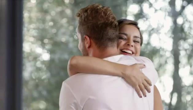 Foto del abrazo entre Chenoa y Bisbal.