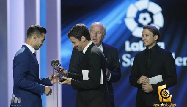 Sergio León recibe el premio de manos de Raúl González.