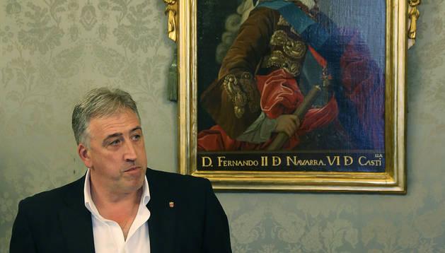 Imagen de Asiron firmando bajo el retrato del rey Fernando VI.