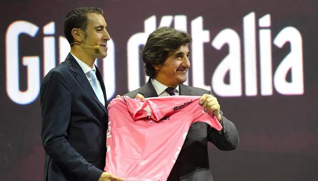 El presidente de RCS, Urbano Cairo, y el ciclista italiano Vincenzo Nibali (i), muestran la maglia rosa durante la presentación del Giro de Italia en Milán