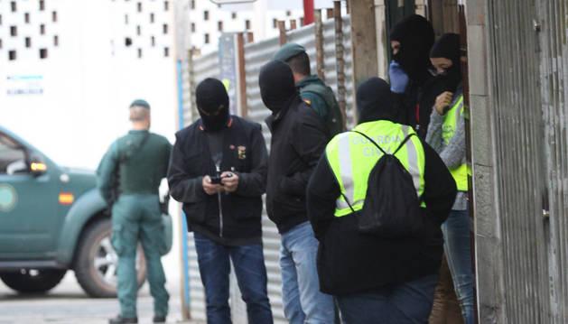 Foto de los agentes de la Guardia Civil, a las puertas de la peluquería en la que trabajaba el marroquí detenido en Calahorra.