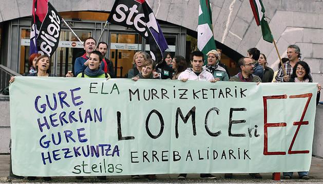 Varias personas, durante una de las movilizaciones contra las reválidas, la Lomce y los recortes, junto al departamento de Educación.
