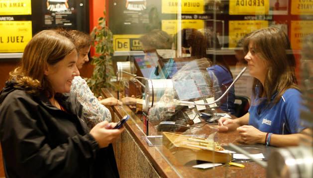 Foto de los espectadores compran sus entradas en la taquilla de los cines Golem Baiona de Pamplona.