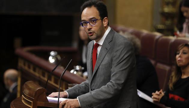 Foto del portavoz del PSOE en el Congreso, Antonio Hernando, durante su intervención.