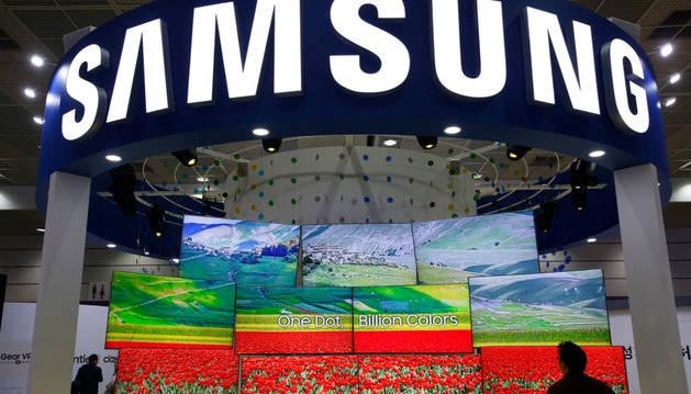 Foto de un visitante coreano observa varias pantallas de televisión Samsung en la Gran Feria de Electrónica de Corea en Seúl.