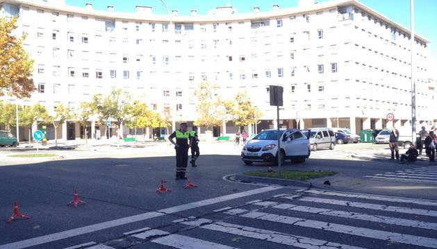 Agentes de Policía Municipal atienden el suceso registrado en el barrio de la Rochapea de Pamplona.