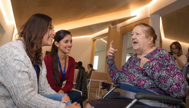Alicia García Mañeru, de 82 años, recibió con jotas a sus nietas 'postizas' el sábado: Nicolle Villanueva Hernández y Stefanía Pérez Foronda.