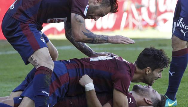 Varios jugadores del Eibar celebran el segundo gol de su equipo, obra de Pedro León