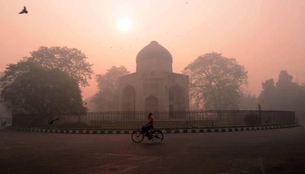 El aire de la India era hoy irrespirable en muchas ciudades del país asiático después de un día plagado de petardos y fuegos artificiales durante la celebración de la festividad de Diwali, una especie de