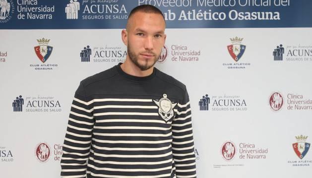 Digard posa en la Clínica Universidad de Navarra tras confirmarse su lesión de rodilla