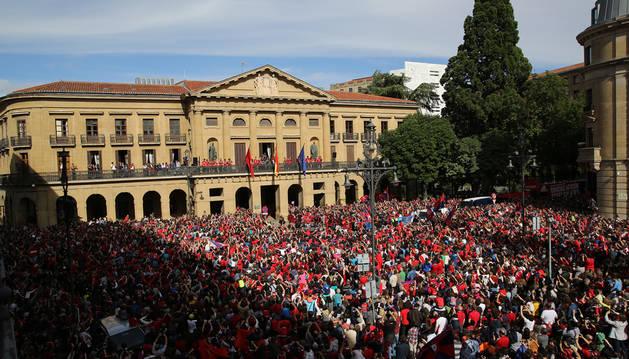 Imagen de la plantilla y la afición de Osasuna, celebrando el pasado ascenso en la sede del Gobierno de Navarra.
