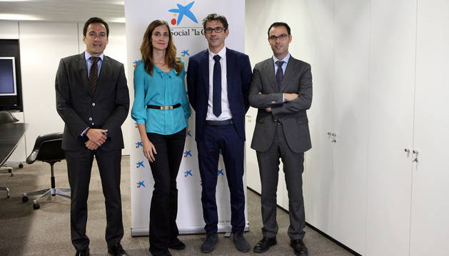 De izquierda a derecha, Agustín Sola Amoedo, director de la oficina de La Caixa; Begoña Moreno Valencia, Óscar Pérez Villar y David Navarro Marco.