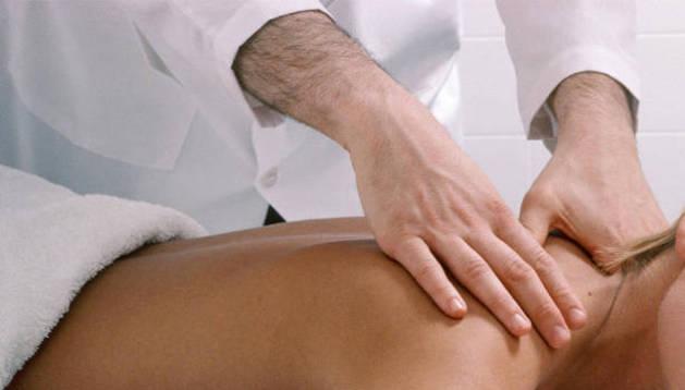 Una paciente recibe un masaje.
