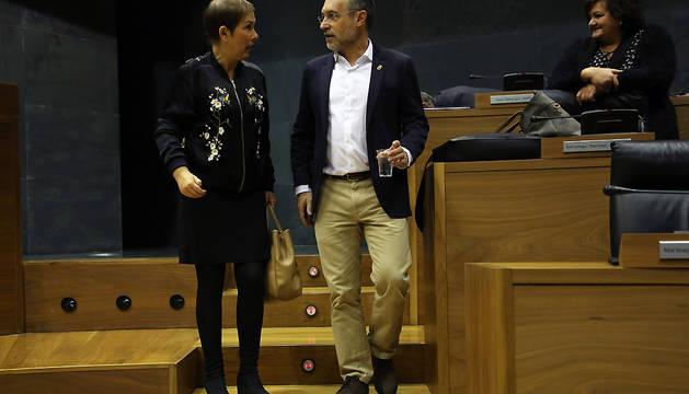 La presidenta del Gobierno foral, Uxue Barkos, conversa con el vicepresidente Miguel Laparra en el pleno de este jueves.
