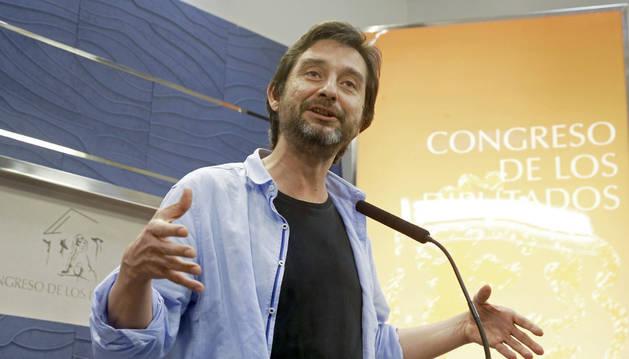 Foto del diputado de Podemos Rafael Mayoral, durante la rueda de prensa que ha ofrecido en el Congreso de los Diputados.
