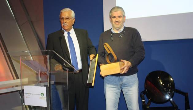 foto de el director del Servicio de Medio Natural del Gobierno de Navarra, Fermín Olabe, recibe el Premio de manos del presidente de AVEBIOM, Javier Díaz.