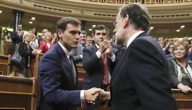 Albert Rivera y Mariano Rajoy se saludan en el Congreso.