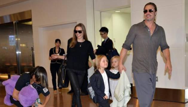 Brad Pitt y Angelina Jolie, con sus hijos.
