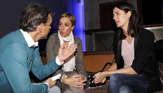 Imagen de la portavoz del Ayuntamiento de Madrid, Rita Maestre (d), junto a la diputada Tania Sánchez (c) y el portavoz de Podemos en la Asamblea, José Manuel López (i), durante la presentación pública de la candidatura