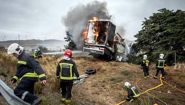 Dos heridos tras chocar un camión y un vehículo militar en Tiebas