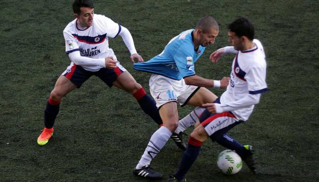Dani Rojas agarra de la camiseta a un rival.