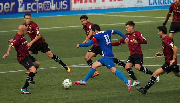 Sergio Galán intenta encarar la portería rodeado por rivales en el partido de ayer.