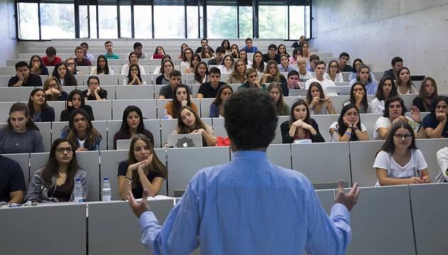 El importe de las becas disminuirá 1.187 euros por alumno según la UN