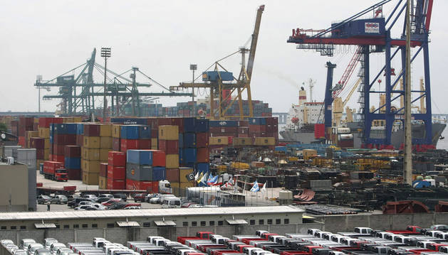foto de un puerto de Río de Janeiro con contenedores de transporte marítimo y exportaciones
