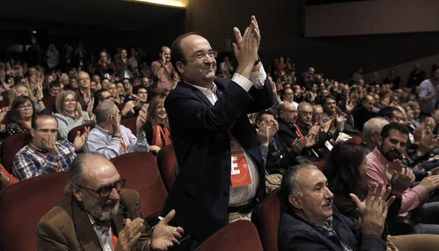El primer secretario del PSC, Miquel Iceta, aplaude la intervención de la secretaria general de los socialistas vascos, Idoia Mendía.