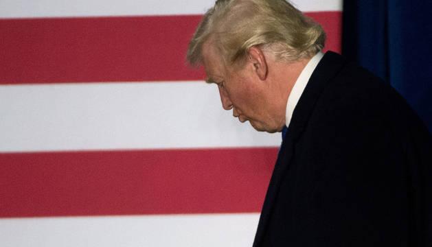 Donald Trump sale del escenario tras un mitin en Leesburg, Virginia.