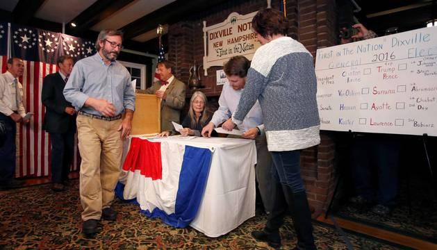 Clinton se impone en las localidades de Dixville Notch, la primera en votar en EEUU