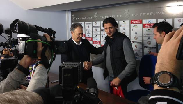 Caparrós y Vasiljevic se estrechan la mano durante la presentación del técnico en El Sadar