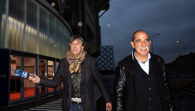 Foto de Enrique Martín abandonó el estadio de El Sadar minutos antes de las seis de la tarde acompañado por su representante, Miguel Santos, tras desvincularse de Osasuna.