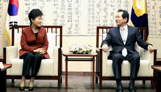 Imagen de la presidenta de Corea del Sur, Park Geun-hye (i) se reúne con el vocero de la Asamblea Nacional, Chung Sye-kyun (d) en el edificio de la Asamblea en Seúl (Corea del Sur).