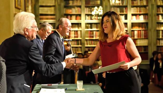 Imagen de Irene Apesteguía Liñán, una de las alumnas navarras premiadas, recoge el diploma en Ronda (Málaga).