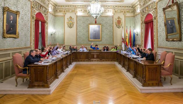 Imagen de los ediles en una de las votaciones del pleno celebrado ayer en Tudela.