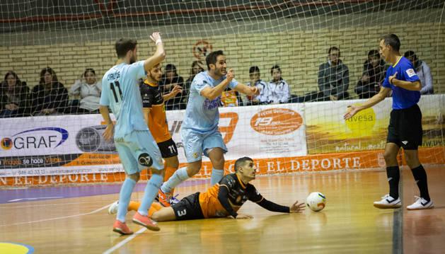 Foto de Hamza, en el suelo del Ciudad de Tudela mientras los jugadores de Burela protestan al árbitro.