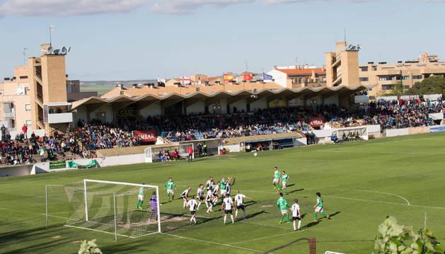 Imagen del estadio Ciudad de Tudela, con la tribuna principal al fondo.