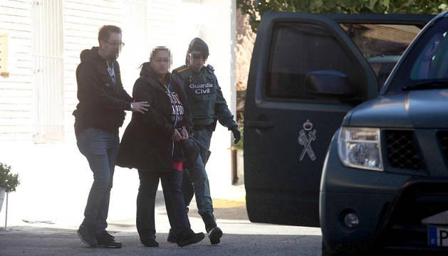 La pareja de Willy Yanza, detenida por la Guardia Civil, abandonó la vivienda en la calle Padre Moret de Tudela en torno a las 12.20 horas del mediodía.