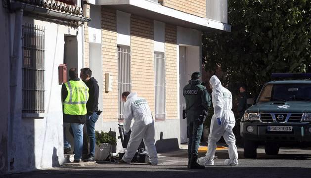 Imágenes del momento en el que la Guardia Civil acudía a la casa del hombre encontrado muerto en Castejón para detener a su pareja