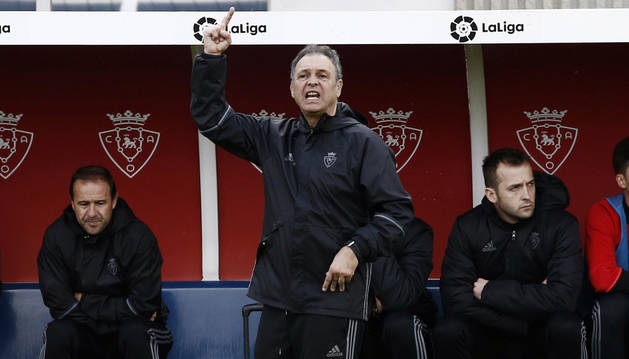 Caparrós dirigiendo a sus jugadores durante el Osasuna-Eibar