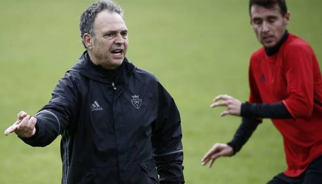 Caparrós durante su primer día como entrenador de Osasuna