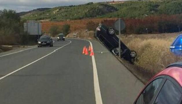 Imagen del estado del vehículo tras salirse de la vía en Funes.
