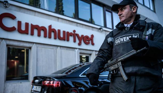 Esta foto de archivo tomada el 31 de octubre de 2016 muestra a un agente de seguridad de pie guardia frente a la sede del periódico Cumhuriyet en Estambul.
