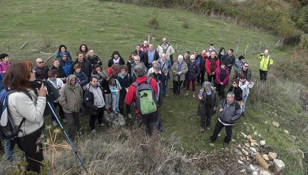 Foto de los asistentes a una de las actividades, la que dio a conocer a pie de campo el origen y comportamiento del diapiro de Salinas de Oro.